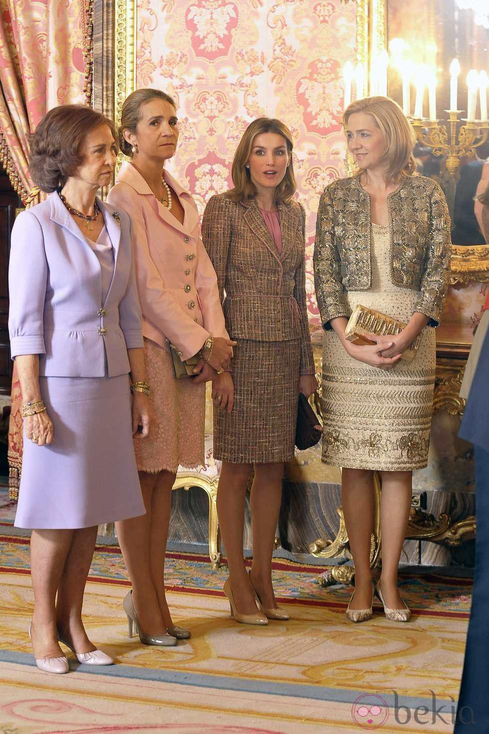 9581_las-mujeres-de-la-familia-real-en-el-palacio-real-el-dia-de-la-hispanidad.jpg