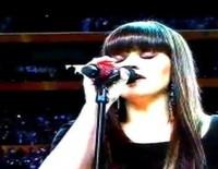 Kelly Clarkson interpreta el himno de Estados Unidos durante la XLVI edición de la Super Bowl