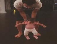 Cesc Fàbregas ayuda a su hija Lia a dar sus primeros pasos