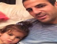Cesc Fàbregas enseña a hablar a su hija Lia