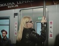 Bar Refaeli protagoniza un anuncio de gafas que desprecia a las gordas