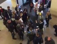 Manifestación de Russell Brand en un Apple Store de Londres