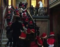 Alberto de Mónaco reparte regalos para los niños ayudado por Louis Ducruet y Camille Gottlieb