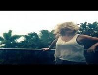 Elsa Pataky, a punto de salir volando por culpa del Ciclón Marcia