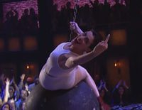 Anne Hathaway imita a Miley Cyrus y su 'Wrecking Ball'