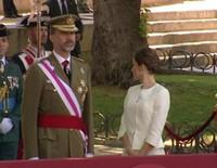 Felipe y Letizia, aclamados con vivas al Rey y a la Reina en el Día de las Fuerzas Armadas 2015