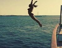 Natalia Sánchez salta al mar desde un barco en Ibiza
