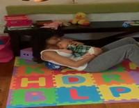 Hilaria Thomas hace abdominales mientras acuna a su hijo Rafael Baldwin