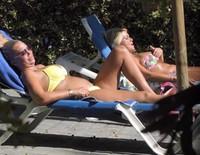 Belén Esteban y Mariví tomando el sol durante sus vacaciones en Benidorm