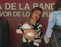 La Reina Letizia acuna a un bebé de un mes en el Día de la Banderita