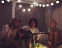Ana Fernández cantando con el grupo Marlon