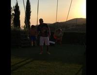 Leo Messi columpiando a sus hijos Thiago y Mateo