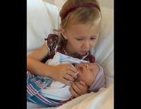 Carmen Gabriela Baldwin con su hermano recién nacido Leonardo
